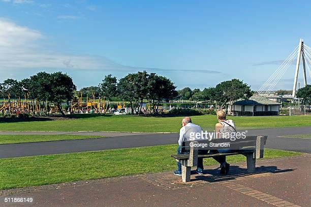 人のベンチ southport プロムネード sat - イングランド サウスポート ストックフォトと画像