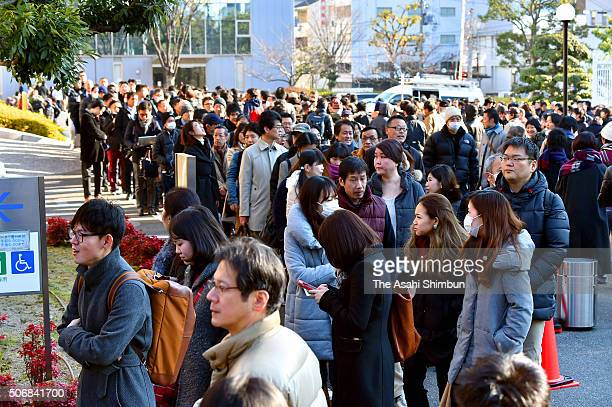 People seeking court seats queue at the Kobe District Court on January 26 2016 in Kobe Hyogo Japan Ryutaro Nonomura a former prefectural assembly...