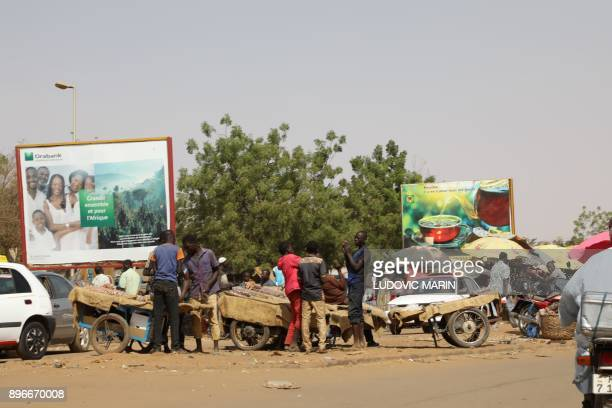People sell food from street karts on December 21 in Niamey / AFP PHOTO / LUDOVIC MARIN