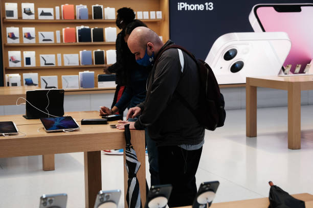 NY: Apple's New iPhone 13 Available In Stores