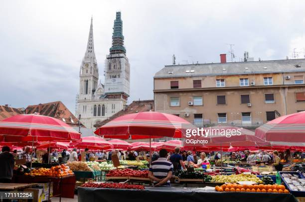 people shopping at a farmer's market - ogphoto stock pictures, royalty-free photos & images