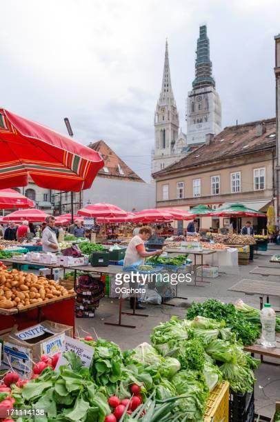 menschen einkaufsmöglichkeiten in einem farmer's market - ogphoto stock-fotos und bilder