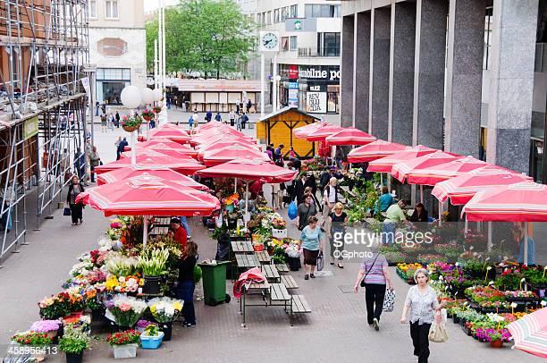 menschen einkaufsmöglichkeiten in der blumenmarkt - ogphoto stock-fotos und bilder