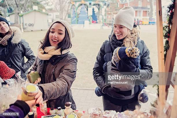 Persone, shopping in un mercato all'aperto in inverno pubblico.