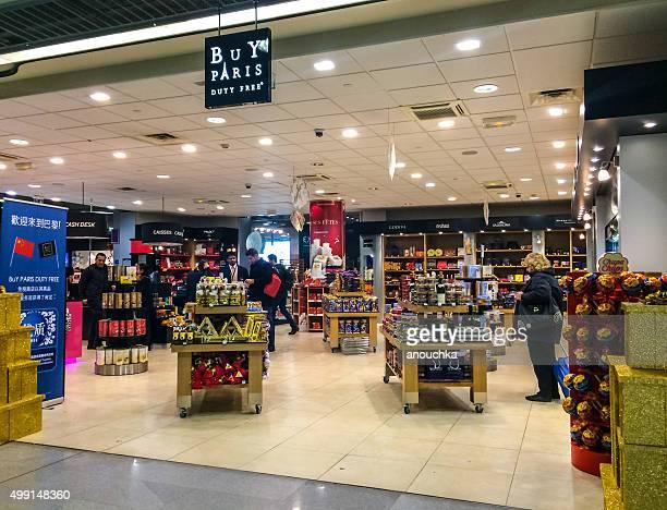 Gente de compras en la tienda libre de impuestos, el Aeropuerto de Roissy, París