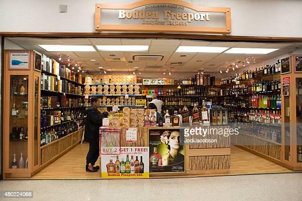 Gente de compras en la tienda libre de impuestos tienda de bebidas alcohólicas en el aeropuerto