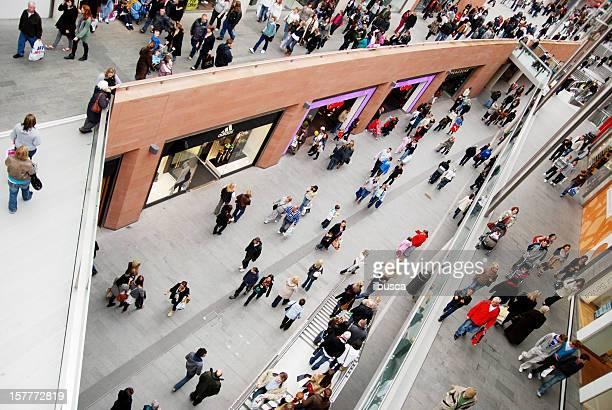 Menschen Einkaufen im Einkaufszentrum Liverpool One.