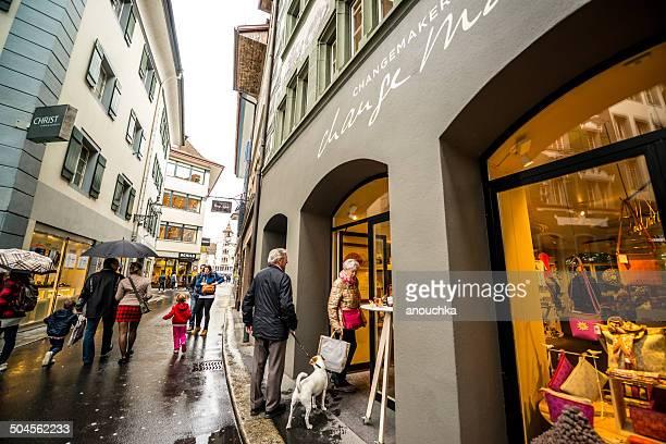 Menschen Einkaufsmöglichkeiten in Luzern, Schweiz