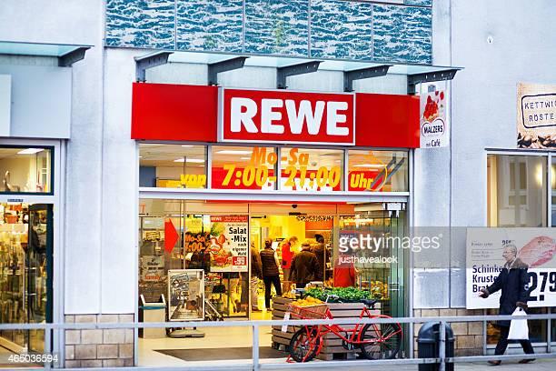 Menschen Einkaufen im Supermarkt Rewe