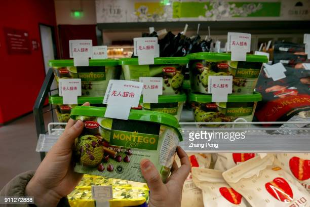 People shopping in the X supermarket On January 18th Jingdong X selfservice supermarket opened in Binhai New Area of Tianjin Entering the supermarket...