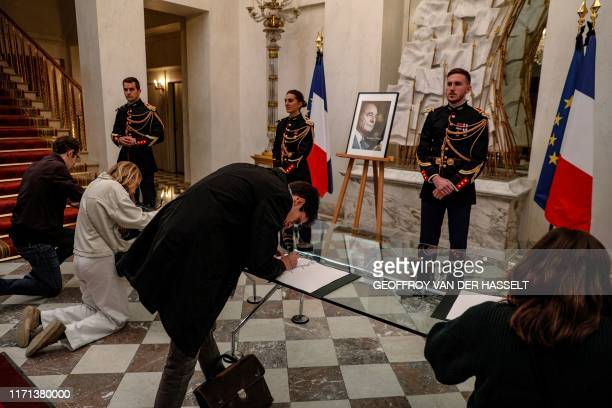 TOPSHOT People sign condolence registers for late former French President Jacques Chirac at the Elysee presidential palace in Paris on September 26...