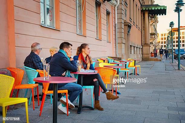 Menschen sitzen in einem Café-Restaurant in der Innenstadt von Helsinki, Finnland