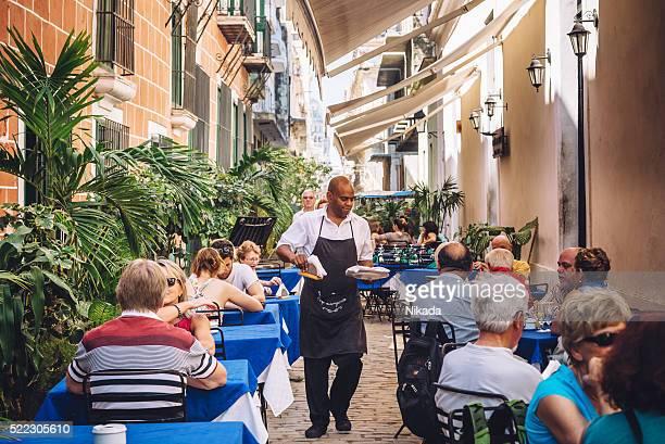 Menschen sitzen in einem Café-Restaurant in Havanna, Kuba