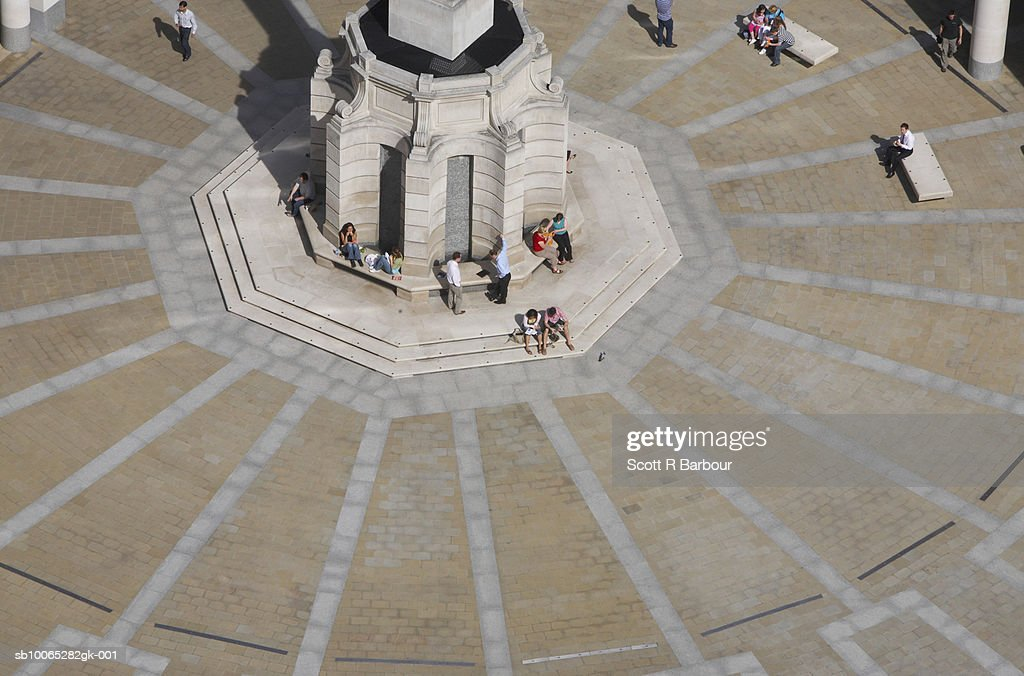 People sit in Paternoster Square in front of the London Stock Exchange in London, England. : Foto stock