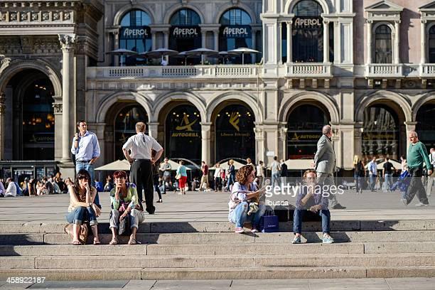 Gens assis sur la Piazza del Duomo square