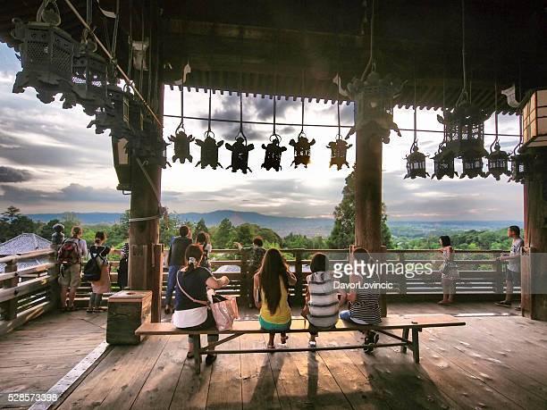 Leute sitzen am Aussichtspunkt am Nigatsu do Hall