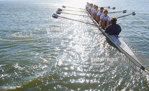 Menschen sitzen in einer Reihe oaring Boot