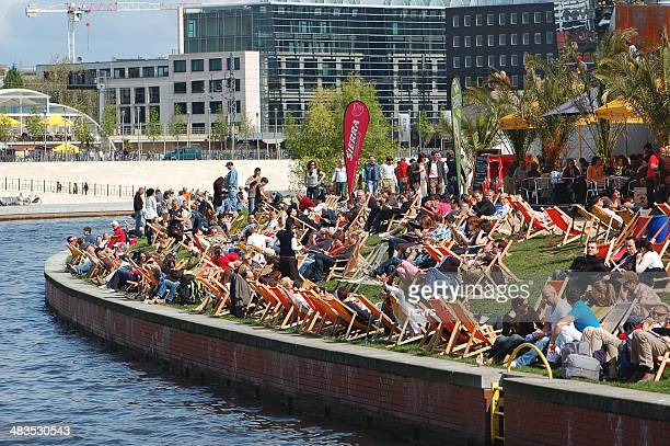 people sitting in cafe on the spree river - berlin - central berlin stock pictures, royalty-free photos & images