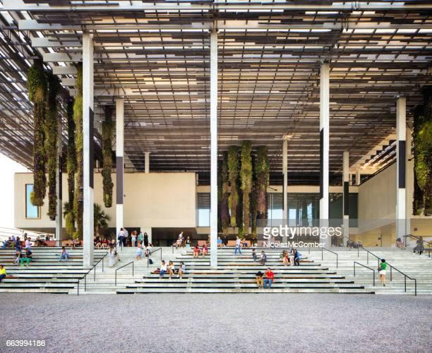 Menschen sitzen auf der Treppe an der Rückseite der PAMM Miami Perez-Kunstmuseum