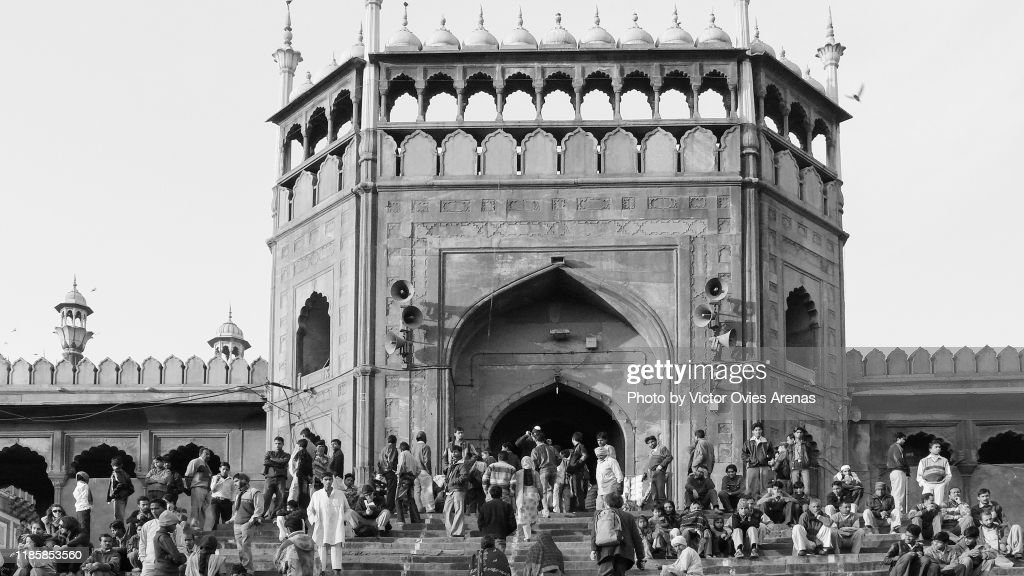 People sitting on the steps of the main gate entrance to Jama Masjid Mosque in Delhi, India : Foto de stock