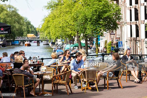 people sitting out and having lunch in amsterdam, niederlande - pavement cafe stock pictures, royalty-free photos & images