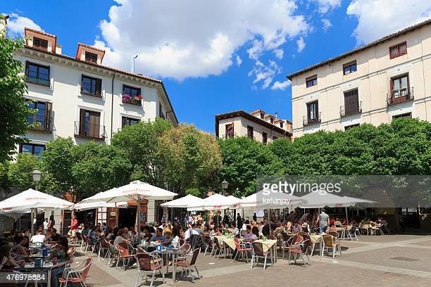 Menschen sitzen Sie bei einem Mittagessen in Madrid, Spanien