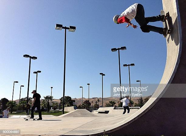 people skateboarding in skateboard park - half pipe stock pictures, royalty-free photos & images