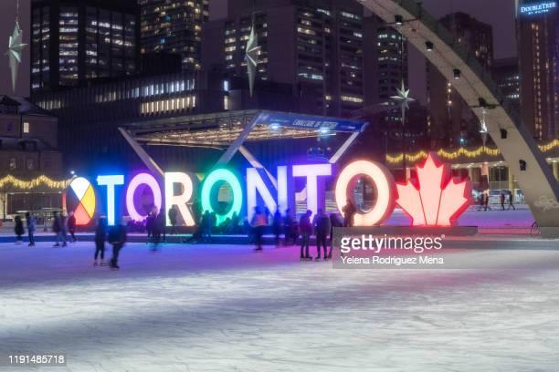カナダ、トロントのネイサン・フィリップス・スクエアでスケートをする人々 - 市庁舎前広場 ストックフォトと画像