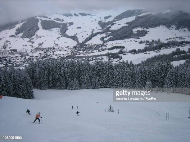people skiing on snow against mountains - ムジェーヴ ストックフォトと画像