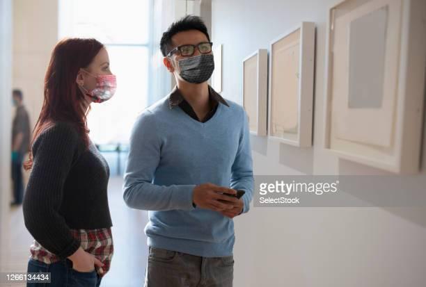 människor socialt avståndstagande på museum - museum bildbanksfoton och bilder