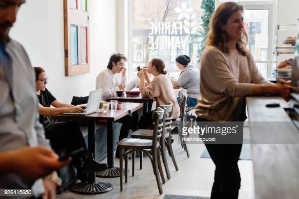 """pessoas gastando tempo de lazer em uma loja de café local. - """"martine doucet"""" or martinedoucet - fotografias e filmes do acervo"""