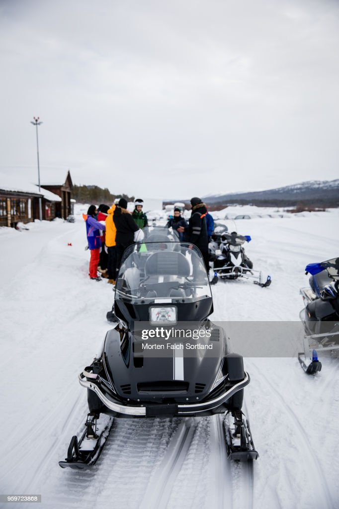 People Stand Around Snowmobiles on a Mountain in Rural Norway, Wintertime : Stock-Foto