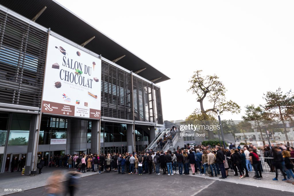 People stand in queue at the outside entrance of chocolate fair news photo getty images - Adresse salon porte de versailles ...
