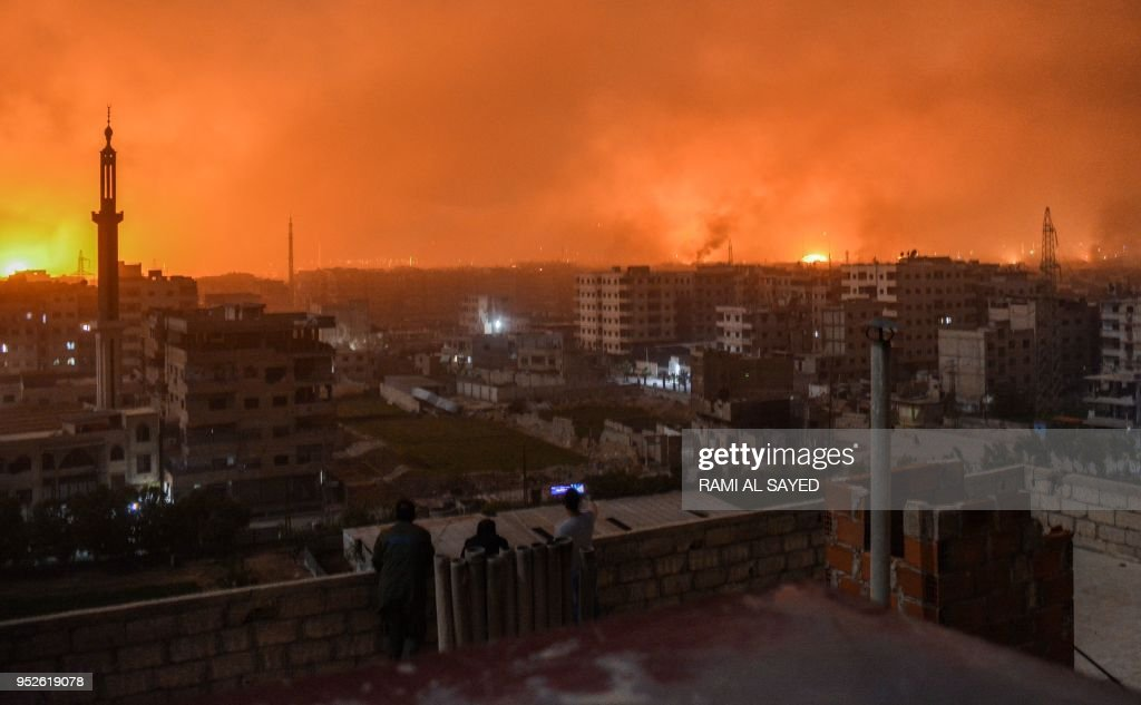 استراتيجية مواجهة التفوق الجوي – الاستراتيجية العسكرية People-stand-on-a-roof-to-observe-explosions-in-the-skyline-of-a-of-picture-id952619078