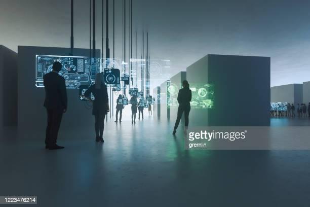 personnes debout contre des ordinateurs suspendus - écran numérique photos et images de collection