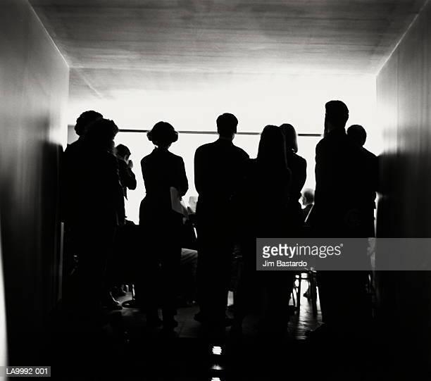 people standing at conference, rear view (b&w) - conférence de presse photos et images de collection