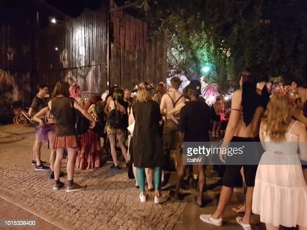 Menschen Sie in einer Schlange stehen für eine Kostüm-Party in Berlin, Deutschland