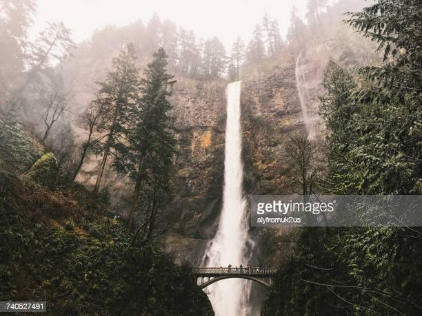 people standing on a bridge looking at multnomah falls, oregon, america, usa - columbia river gorge stock pictures, royalty-free photos & images