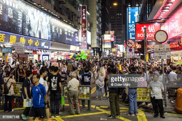 people strolling around the pedestrian area in the very crowded mong kok district in kowloon, hong kong at night - 人口爆発 ストックフォトと画像