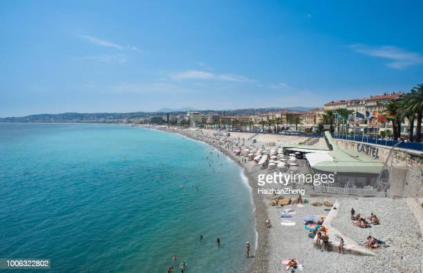 personas tomando el sol en la playa en niza, francia - culebrilla enfermedad fotografías e imágenes de stock