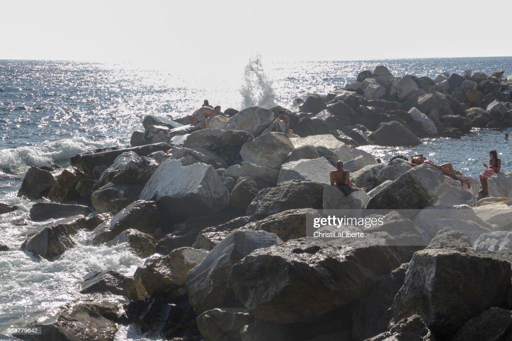 """Menschen, die friedlich in Cinque Terre """"Cinque Terre"""", an der robusten ligurischen Küste Italiens Sonnenbaden. : Stock-Foto"""