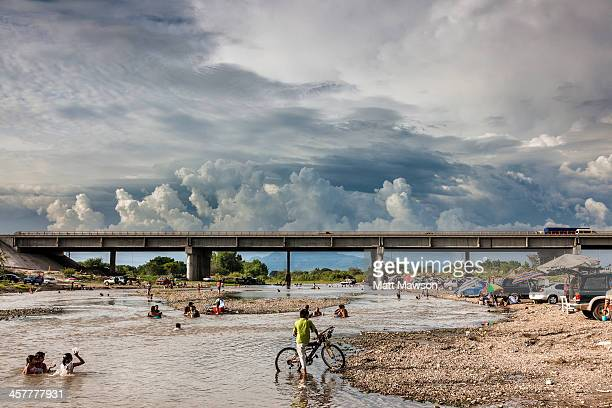 people swimming in a river in sinaloa mexico - mexican picnic stock pictures, royalty-free photos & images
