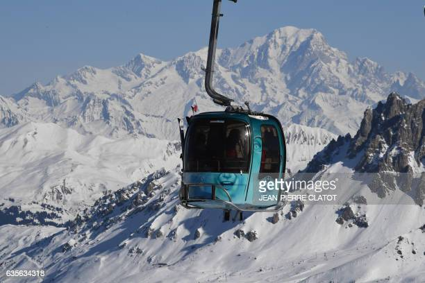 People take a gondola lift in the French Alps ski resort of Les Menuires on February 16 2017 during France's school holydays / AFP / JEANPIERRE CLATOT