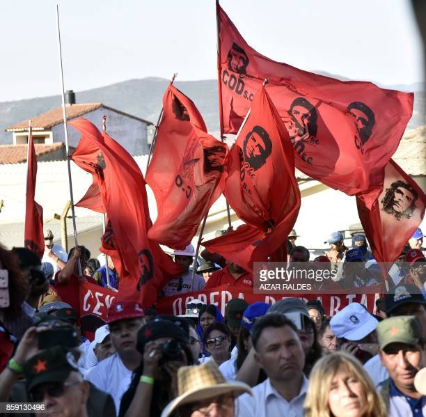 People take part in a ceremony to commemorate the 50th anniversary of the death of Argentineborn guerrilla leader Ernesto 'Che' Guevara on October 8...