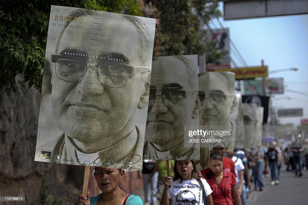 People take part in a procesion to conme : Fotografía de noticias