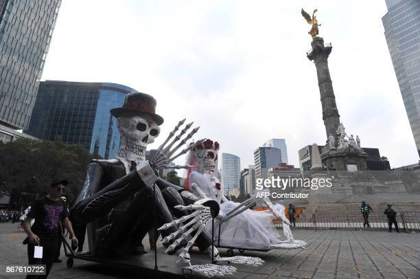 People take part in the Day of the Dead parade in Mexico City on October 28 2017 / AFP PHOTO / VICTOR CRUZ