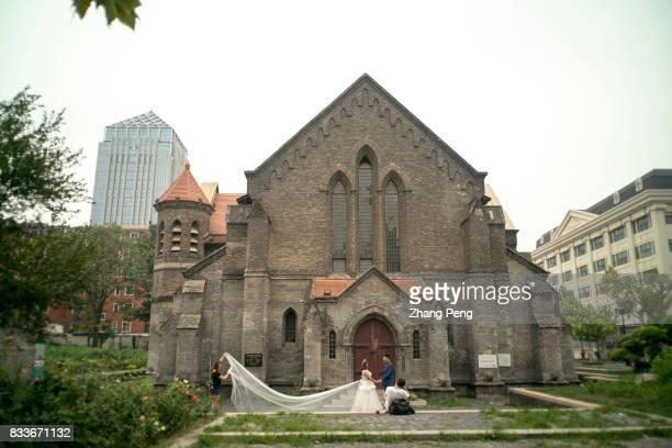 People take wedding photos in front of the church An Li Gan church located in Tianjin Tai'an Road has been called 'Anglican Church in Tianjin' It's...