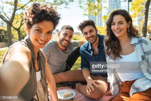 公共の公園でピクニックで自分撮りをする人々 - リオグランデドスル州 ストックフォトと画像