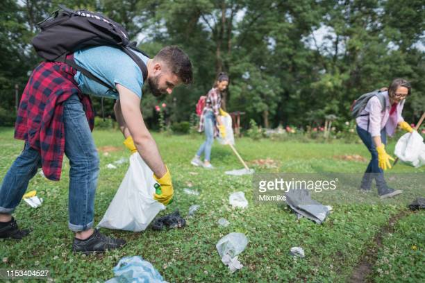 自然の世話をする人々 - 使い捨て製品 ストックフォトと画像