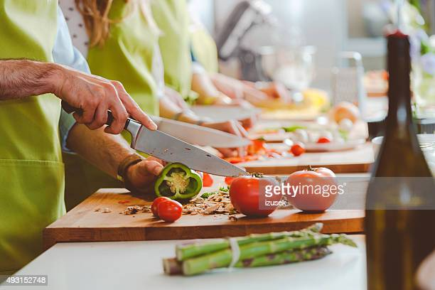 people taking part in cooking class - werkplaats stockfoto's en -beelden